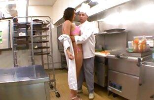 Pirang Asia di lingerie hot mama jepang memberikan nya blowjob sensual.